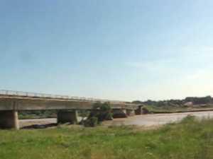 Rute ocolitoare foarte lungi şi trafic greu spre Suceava, după distrugerea podului de la Vereşti