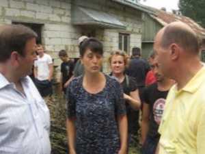 Basescu i-a incurajat pe sinistratii din Patrauti si Dornesti