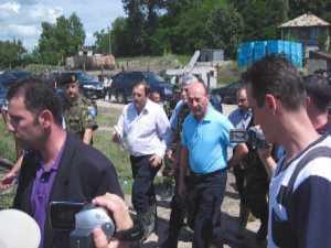 Basescu a inspectat santierul de la podul de pontoane de pe raul Suceava