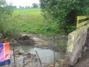 """Inundaţi de două ori în trei zile, din cauza unui pod în """"miniatură"""""""