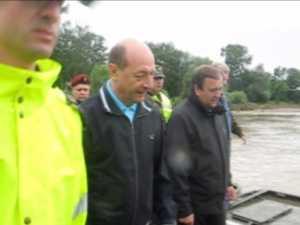 Basescu a inaugurat podul de pontoane de la Dornesti si a mincat la popota militarilor