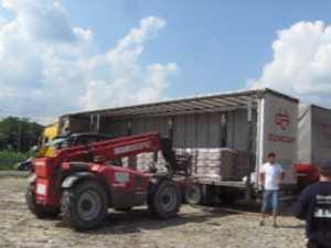 Aproape 5000 de saci de ciment donati de Holcim sinistratilor din Suceava