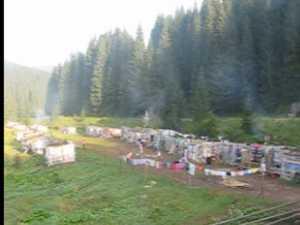 Zeci de romi şi-au făcut cartier la marginea DN 18, în Cârlibaba