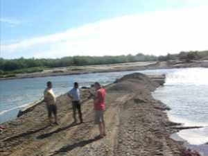 Pod improvizat din tuburi si balast, peste raul Suceava, in locul celui distrus la inundatii