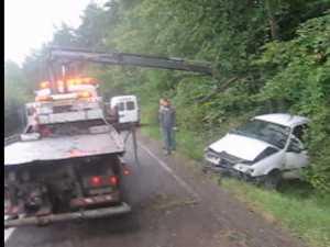 Cu piciorul pe accleraţie, s-a oprit cu maşina în copac