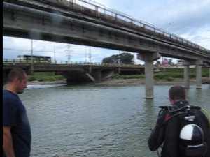 Verificari cu scafandrul la estacada tehnologica de peste raul Suceava