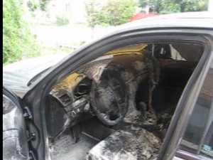Maşina poliţistului de frontieră care a refuzat şpaga de la preotul contrabandist a fost incendiată