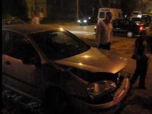 A ajuns cu masina in biserica, dupa un accident in intersectie, in Obcine