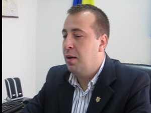 Un microbuz care facea transporturi ilegale a fost abandonat in fata Primariei Suceava