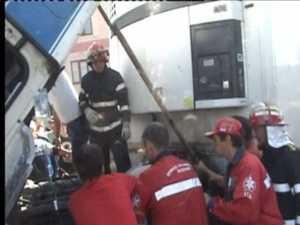 Şofer zdrobit de cabina tirului pe care încerca să-l repare
