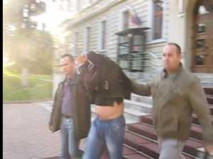A obligat o minoră să-i facă sex oral, i-a făcut foto şi le-a împărţit printre colegii victimei
