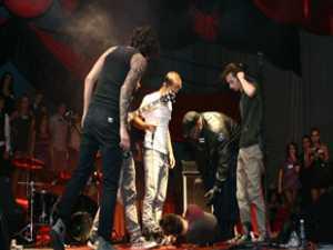 Basistul trupei Animal X a căzut secerat pe scenă, în timpul balului