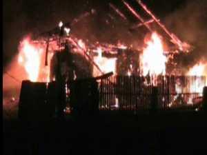 Trei copilaşi au rămas pe drumuri după ce casa le-a ars şi tatăl a ajuns la spital
