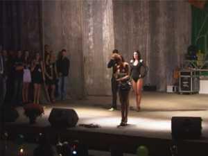 """Elena Gheorghe, iritată pe scenă: """"Opriţi-i pe fotografi"""""""