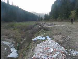 Malul unui parau, impanzit de gunoaie la doi pasi de Manstirea Putna