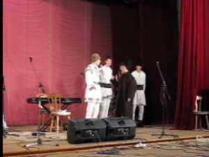 Elevi ai Colegiului Petru Musat si artisti ai Ansamblului Ciprian Porumbescu, pe aceeaşi scena