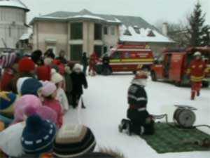 Sute de copii din judeţ, pompieri pentru o zi
