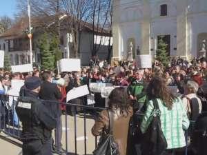 Aproximativ 200 de profesori suceveni au cerut, ieri, in fata Prefecturii, demisia lui Funeriu