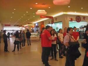 200 de oameni au stat nimiscati in Iulius Mall, timp de 4 minute, in semn de solidaritate cu copiii din Japonia