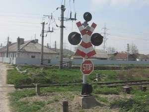 Maşini distruse, pericol de moarte şi oameni stresaţi, din cauza unei treceri peste calea ferată