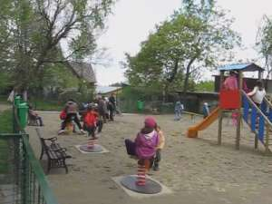Copiii din cartierul George Enescu au un nou loc de joacă