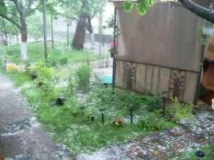 Grindină şi străzi inundate, după furtuna de ieri după-amiază