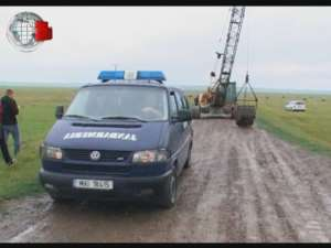 Revoltă împotriva administratorului balastierei şi a preotului din sat, cu drum blocat, poliţie şi jandarmi