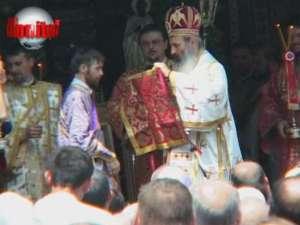 Racla cu moaştele Sf. Ioan cel Nou, însoţită de mii de pelerini pe străzile Sucevei
