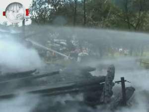 Un copil mort şi o femeie la spital, după un incendiu devastator la trei case