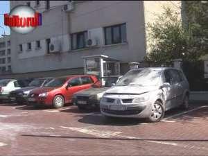 Maşina unui realizator de emisiuni la Bucovina TV a luat foc în parcarea primăriei