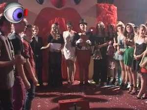 """Colegiul Naţional """"Nicu Gane"""" şi-a ales cei mai frumoşi boboci, pe scena circului"""