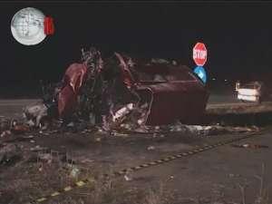 Un mort şi doi răniţi grav, după ce un VW s-a zdrobit de un cap de pod, la ieşirea din Suceava