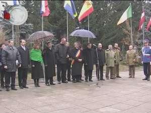 Ziua Naţională, cu oficialităţi, coroane de flori şi o foarte scurtă paradă militară