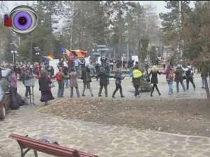 Zeci de suceveni au sărbătorit Ziua României în parcul Universităţii