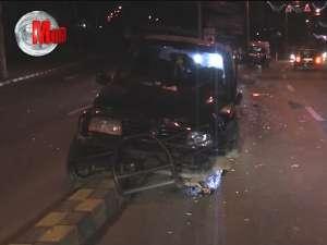 Accident provocat de un şofer care a sărit cu maşina peste bordura care separă sensurile de mers