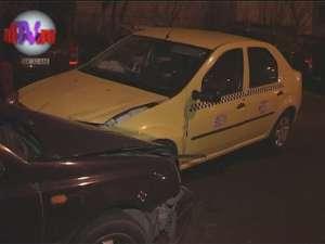 Maşina condusă de un comisar-şef de poliţie a izbit în plin un taxi