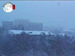Zăpada a îmbrăcat oraşul în haine de sărbătoare, dar a dat şi bătăi de cap şoferilor