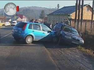 Impact violent între două maşini, în dreptul cimitirului din Şcheia