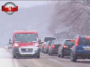 Câţiva fulgi de nea au dat peste cap circulaţia pe drumul Suceava - Gura Humorului