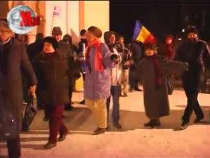 Fotografii arse şi mesaje dure, în a doua zi de proteste zgomotoase la Suceava