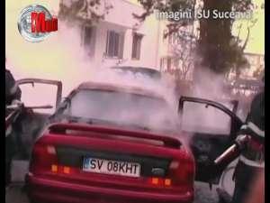 O maşină distrusă de flăcări şi alte două avariate, într-un incendiu în parcare