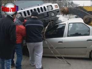 S-a urcat cu Hummerul pe un Logan, a avariat alte două maşini şi a fugit de la faţa locului