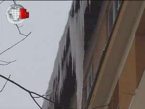 Ţurţuri de doi metri lungime pe acoperişul unor blocuri din centrul Sucevei