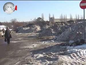 Munţi de zăpadă adunată de pe străzile Sucevei