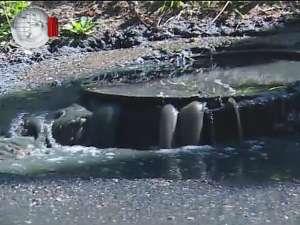 Străzi inundate de apă menajeră şi miros insuportabil, după refularea unui canal