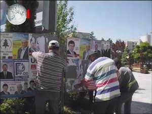 Primăria Suceava, pusă să cureţe panourile electorale sufocate de afişele ilegale ale USL