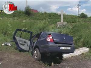 Un adolescent mort şi trei tineri răniţi, după ce s-au izbit cu maşina într-o cruce de la marginea şoselei