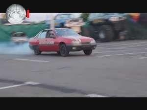 Maşini distruse, cascadorii periculoase şi perdele de foc la Monster Trucks Show
