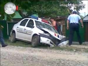Maşină a Poliţiei, rămasă suspendată de un gard în timpul unei urmăriri
