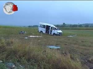 Un microbuz cu zece pasageri s-a răsturnat de mai multe ori pe câmp